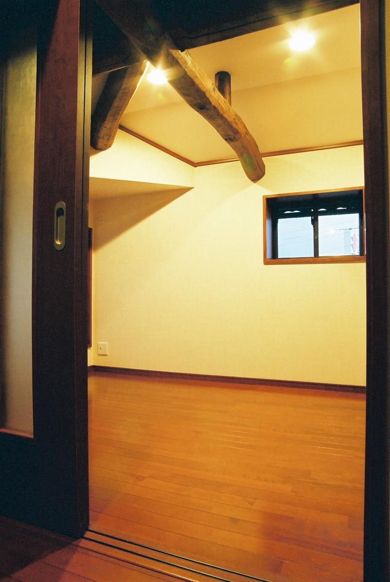 従来の梁を再生して、雰囲気のある部屋に